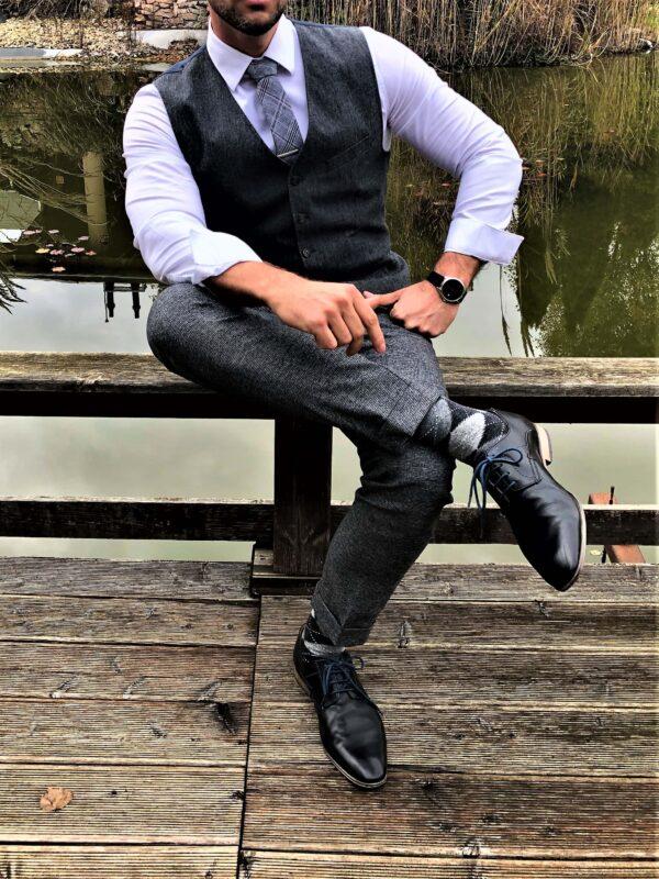 szürke nyakkendő, díszzsebkendő, nyakkendőtű, hajtókatű, kitűző, zokni_díszdoboz