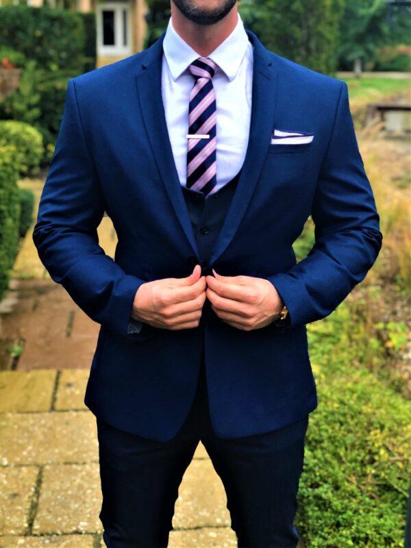 csíkos nyakkendő, díszzsebkendő, nyakkendőtű, hajtókatű, kitűző, zokni_díszdoboz