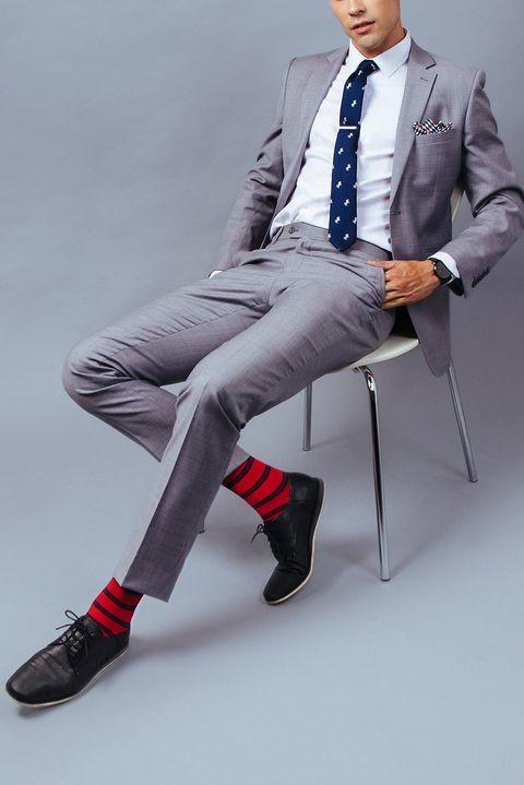kék nyakkendő piros csíkos zoknival